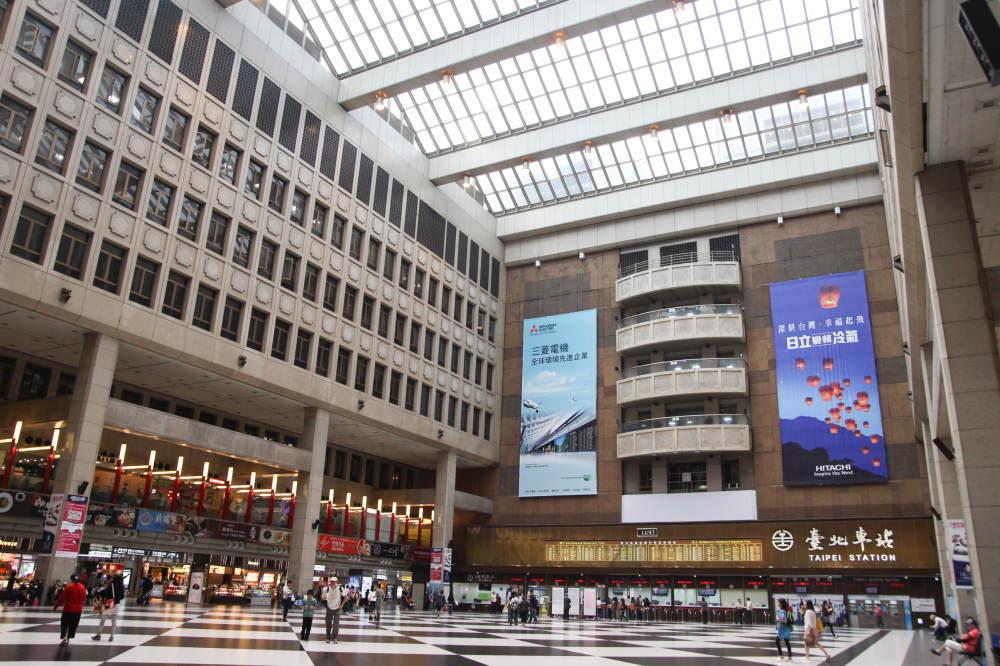 台北駅の中のショッピングモール「微風広場(breezecenter)」