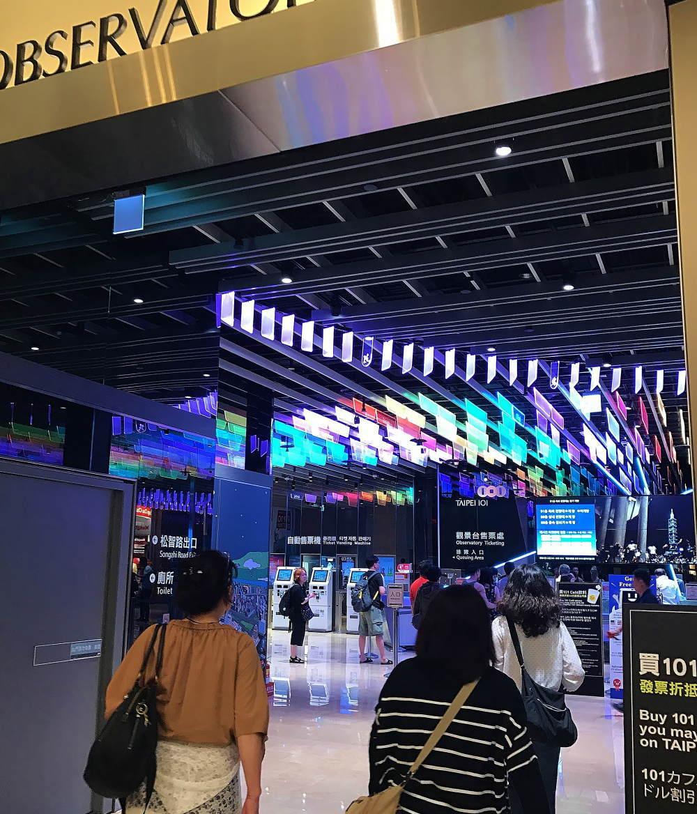 台北101 5F 展望台へ